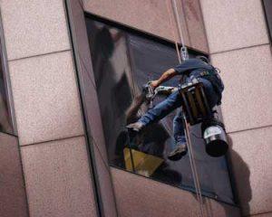 Čiščenje oken na višini